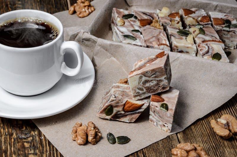 Halva与条纹和用在桌上的咖啡 免版税图库摄影