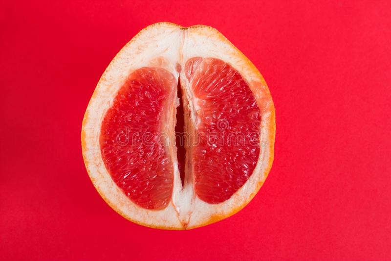 halva av den nya mogna grapefrukten royaltyfri foto