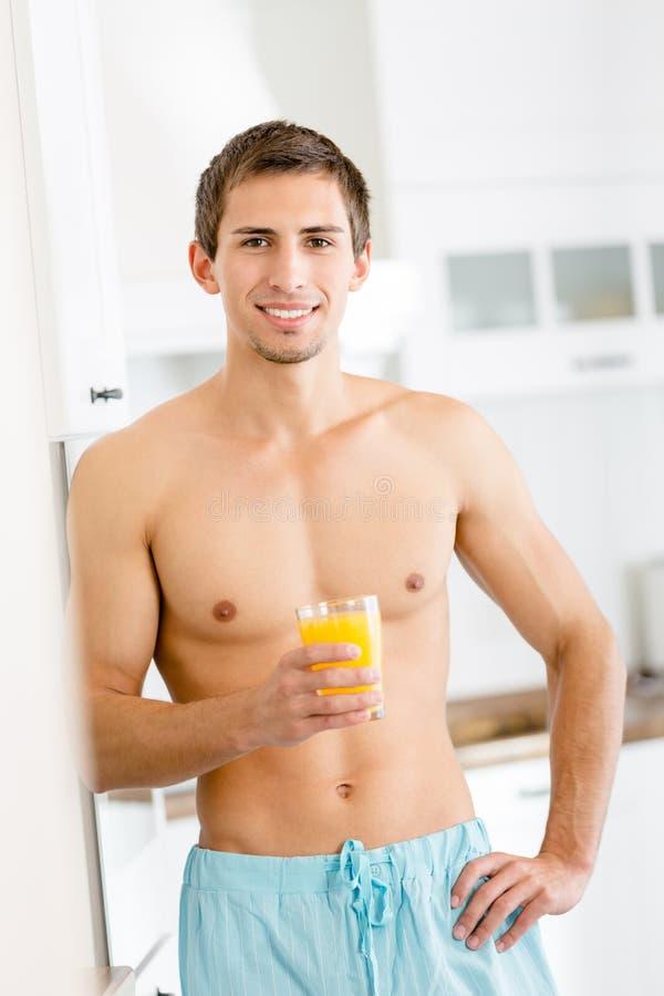 Download Halva-naken Man Med Exponeringsglas Av Fruktsaft Arkivfoto - Bild av kök, format: 37345670
