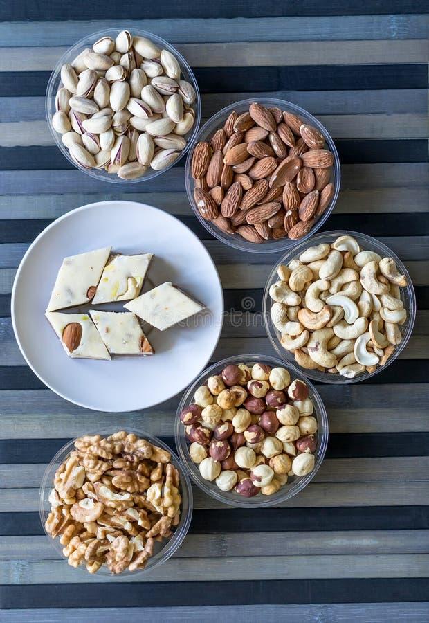 Halva oriental de dessert avec la pistache, amande, noix de cajou, arachide, noix d'un plat image Nourriture saine Les ?crous m?l images stock