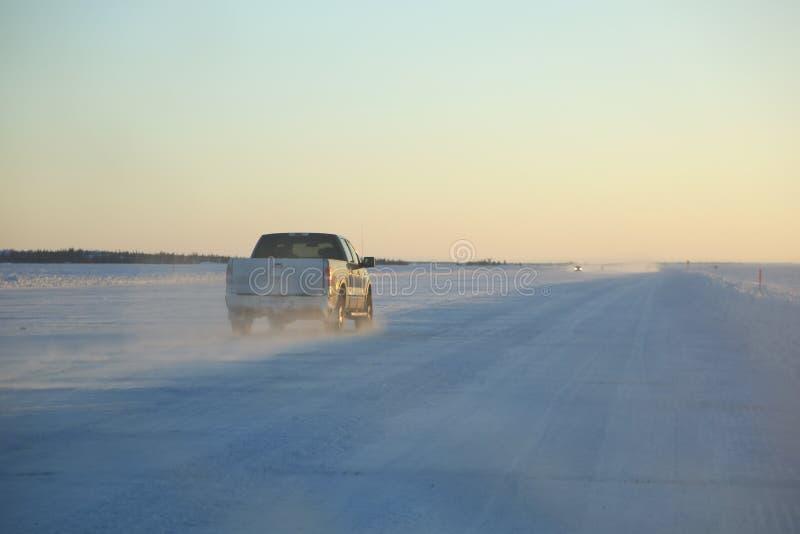 Halva Tun Pickup på isvägen, yellowknife, Kanada royaltyfri bild