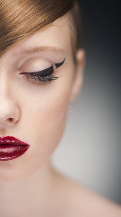 Halva-vända mot ståenden av skönhetkvinnan arkivbild