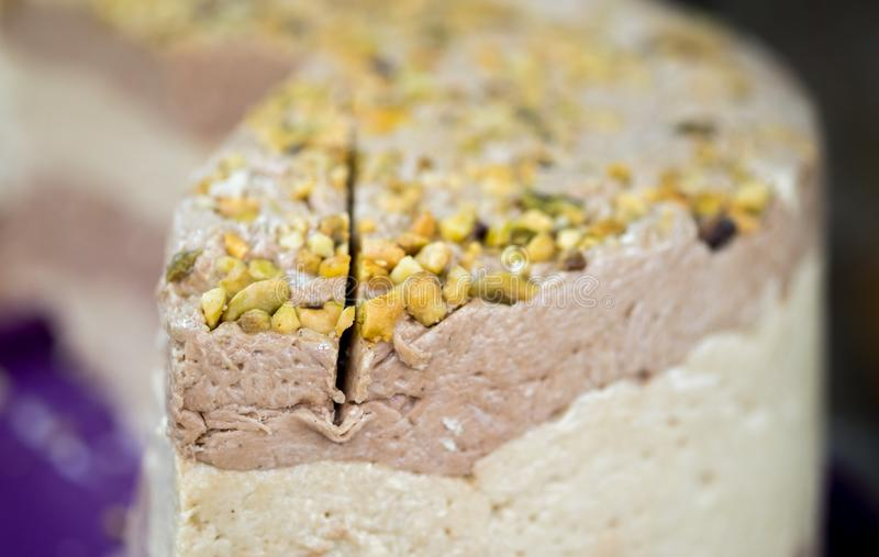 Halva z orzechem włoskim i pistacjowymi dokrętkami zdjęcia royalty free