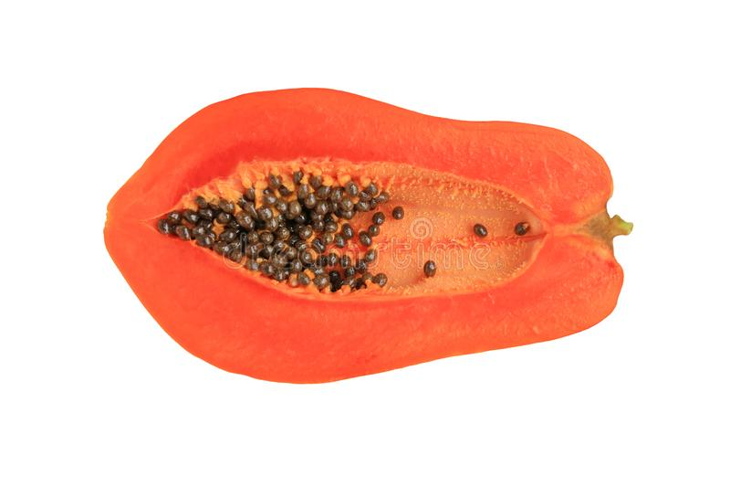 Halvan klippte mogen papayafrukt med frö som isolerades över vit bakgrund royaltyfri fotografi