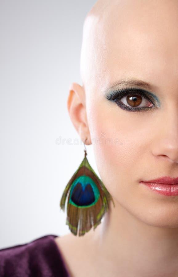 Halvan vänder mot studioståenden av den hårlösa kvinnan royaltyfri fotografi
