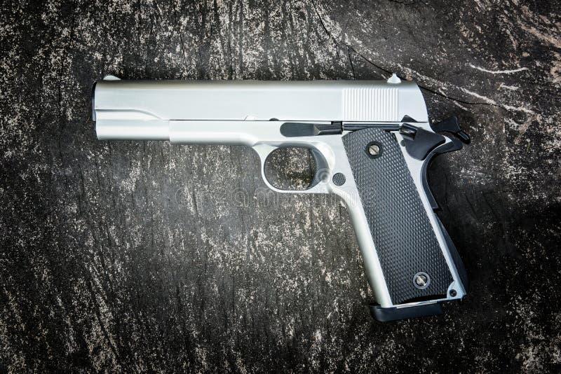 Halvautomatisk pistol M1911 royaltyfri fotografi