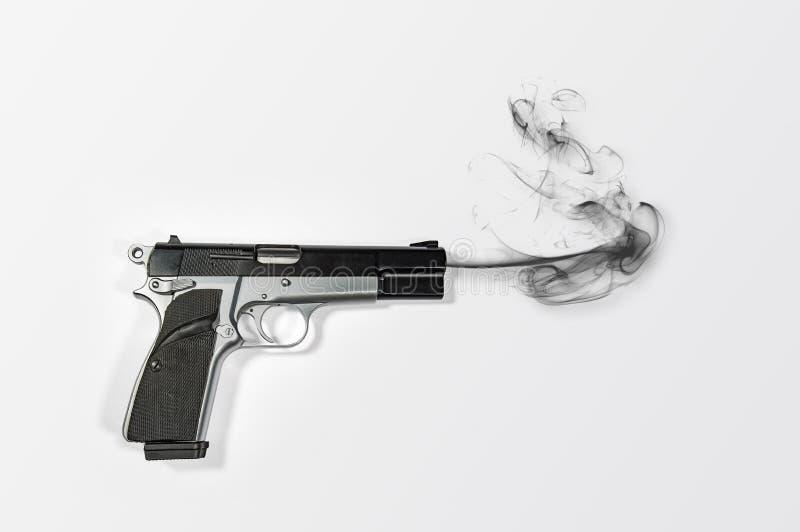 Halvautomatiskt 9mm röka handvapen över ljus vit bakgrund fotografering för bildbyråer