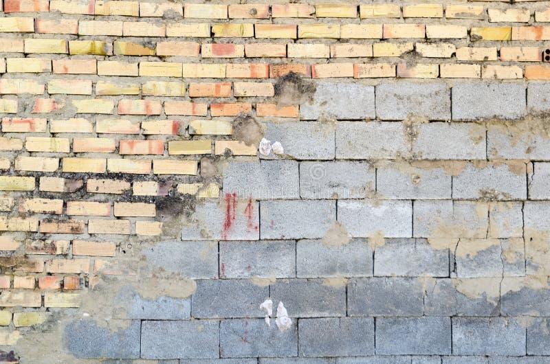 Halve baksteen en half concrete muur royalty-vrije stock fotografie