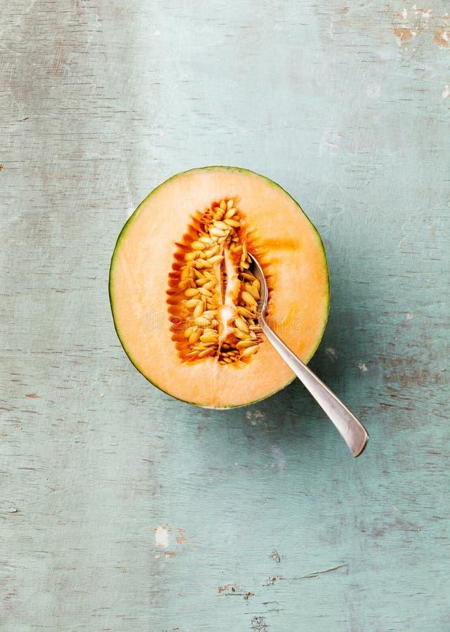 Halve besnoeiing van rijpe meloen en lepel royalty-vrije stock foto