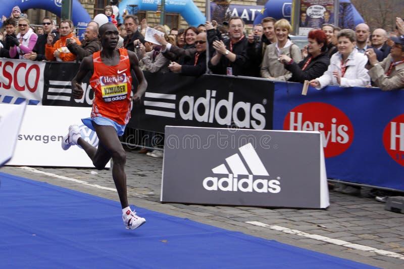 Halve de marathonwinnaar Joel Kemboi Kimurer van Praag stock afbeeldingen
