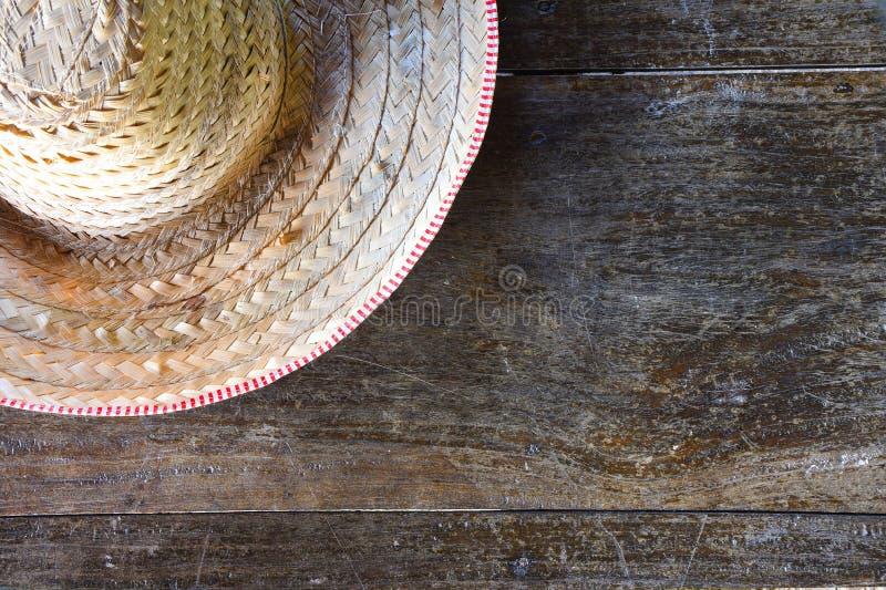 Halve gestreepte landbouwershoed die van geweven bamboe op oude houten achtergrond wordt gemaakt stock foto's