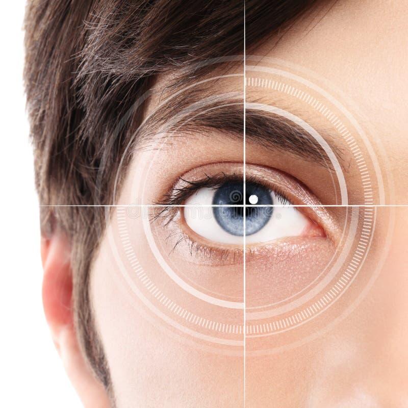 Halve gezichtsclose-up van blauw oog van een jonge mens en laserhologra royalty-vrije stock afbeelding