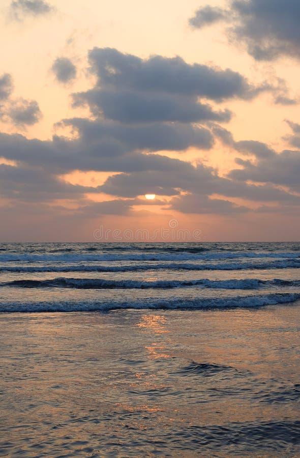 Halve, Gouden Zon onder Wolken over Oneindige Oceaan - Natuurlijk Zonsondergangbehang stock foto