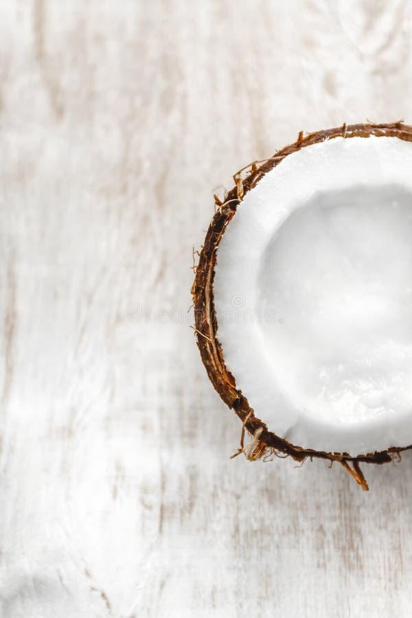 Halve kokosnoot op een lichte witte houten achtergrond, close-up Hoogste mening royalty-vrije stock foto's
