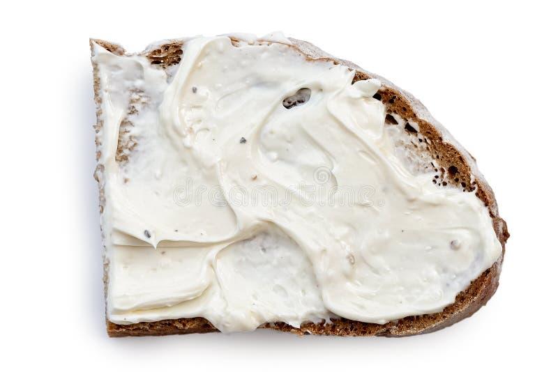 Halve plak van roggebrood met uitgespreid die roomkaas op whi wordt geïsoleerd royalty-vrije stock foto