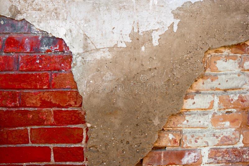 Halve plasterd half bakstenen muur stock afbeelding