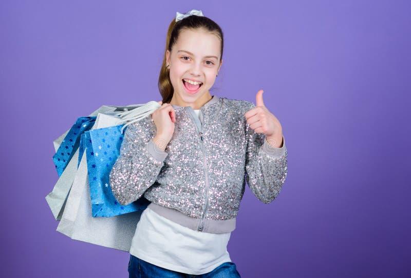 Halve Prijs jong geitjemanier winkelmedewerker met pakket Verkoop en Kortingen Gelukkig Kind Meisje met giften klein royalty-vrije stock foto's