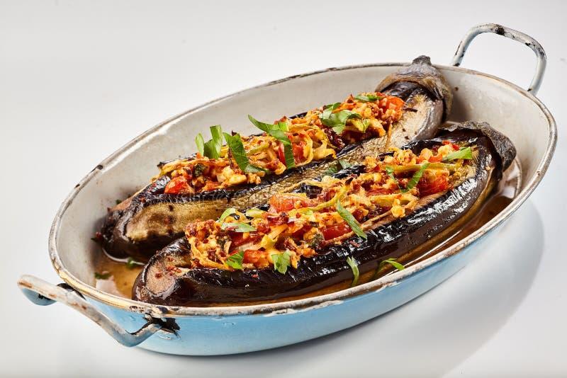Halved зажарило в духовке заполненные aubergines или баклажан стоковая фотография