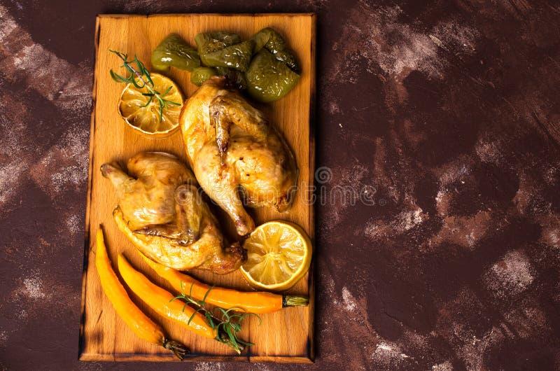 Halved coció el pollo imagen de archivo