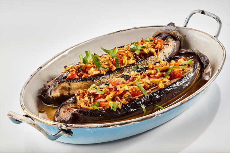 Halved roasted beringelas ou a beringela enchida fotografia de stock