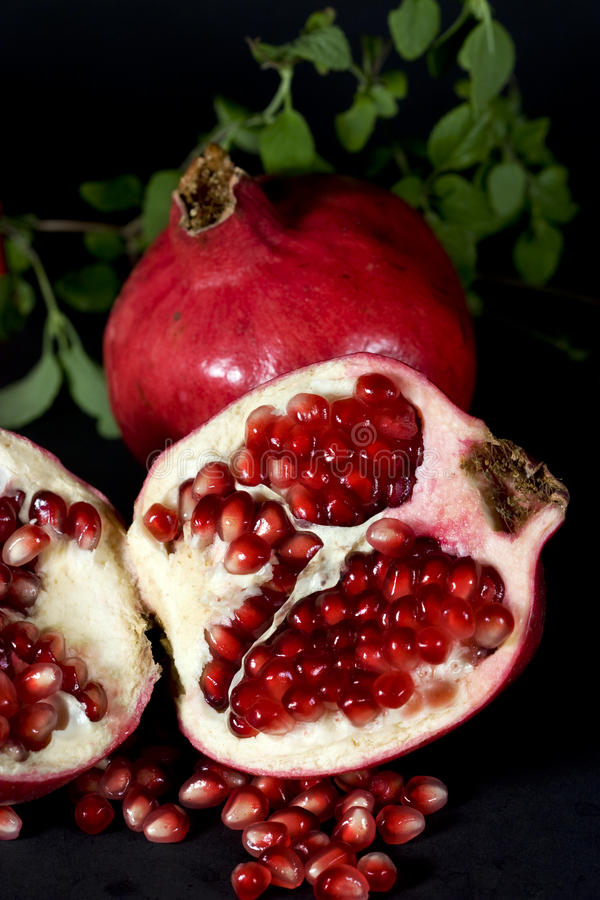 halverad pomegranate royaltyfria foton