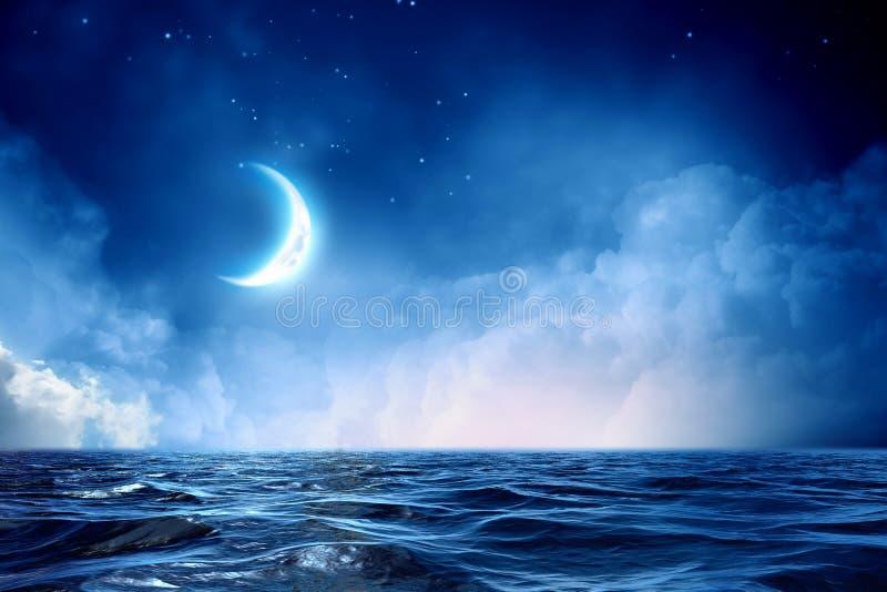 Halvmåne i stjärnklar himmel royaltyfri bild