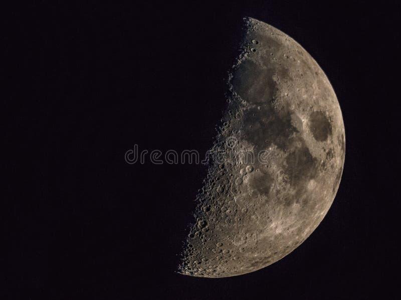 Halvmåne med teleskopet arkivbild