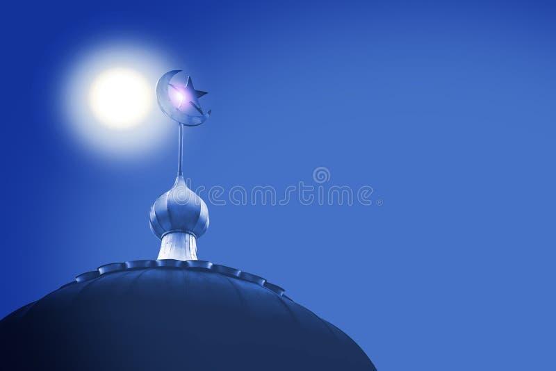 Halvmånformig och stjärna, symbol av islam på kupolen av moskén med blå himmel arkivfoton