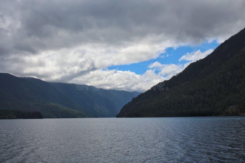Halvm?nformig Lake royaltyfria bilder