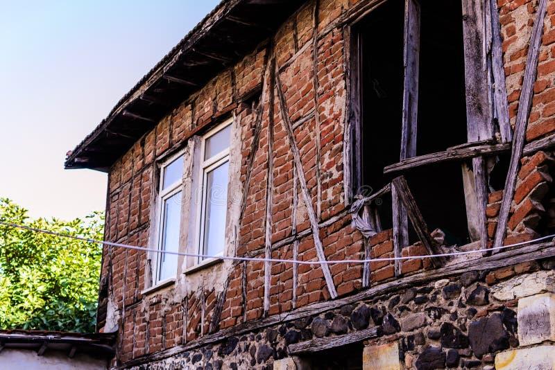 Halvt förstört gammalt turkiskt hus royaltyfria foton