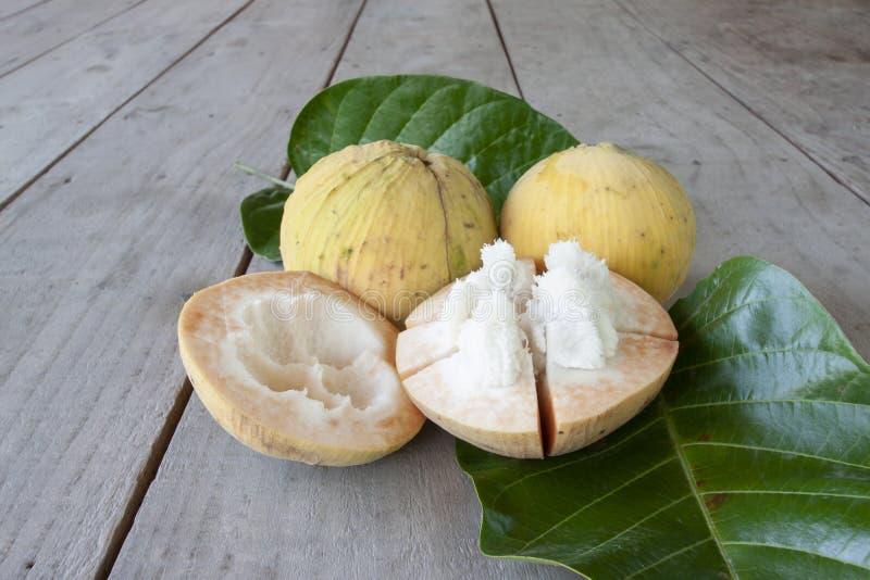 Halvt snitt Sandoricum f?r mogen Santol eller Sentul frukt koetjape med bladet arkivfoto