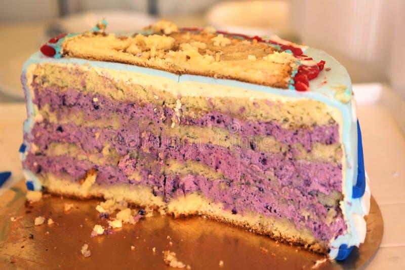 Halvt stycke av kakan för blåbärfödelsedagunge royaltyfria bilder