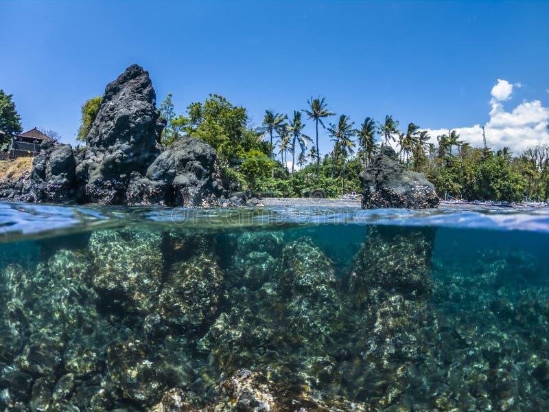 Halvt undervattens- vaggar i ett hav royaltyfri bild