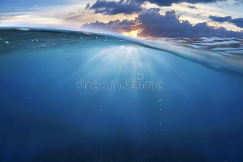 Halvt vatten för hav med solnedgånghimmel royaltyfri fotografi