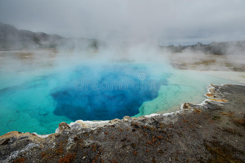 Halvvägs Geyserhandfat, Sapphire Pool, Yellowstone arkivfoton