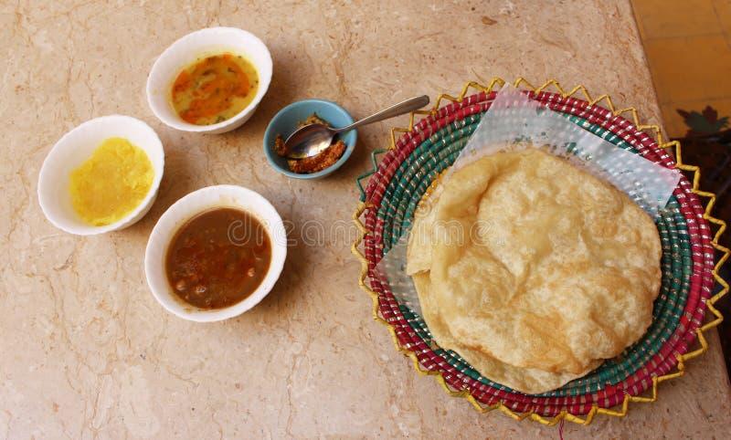 Halwa puri: frukost av pakistanska mästare royaltyfri foto