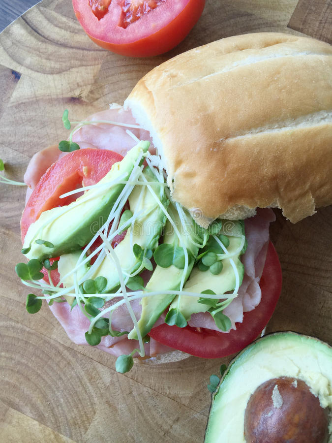 Ham, avocado en tomatensandwich met spruiten royalty-vrije stock foto