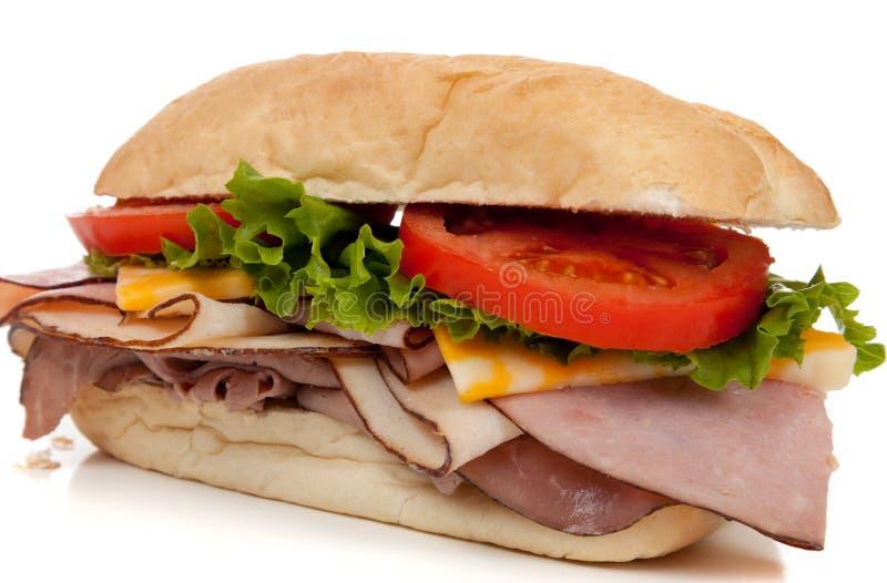 Ham en de sandwich van Turkije op een Italiaanse sandwichbroodje op wit stock foto