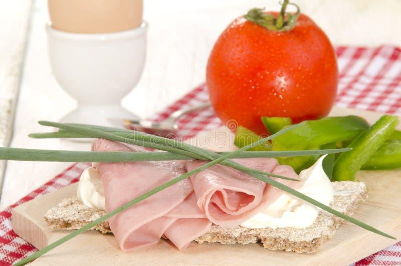 Ham en dille op een plakknäckebrood royalty-vrije stock afbeelding