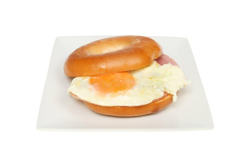 Ham en eiongezuurd broodje stock afbeelding