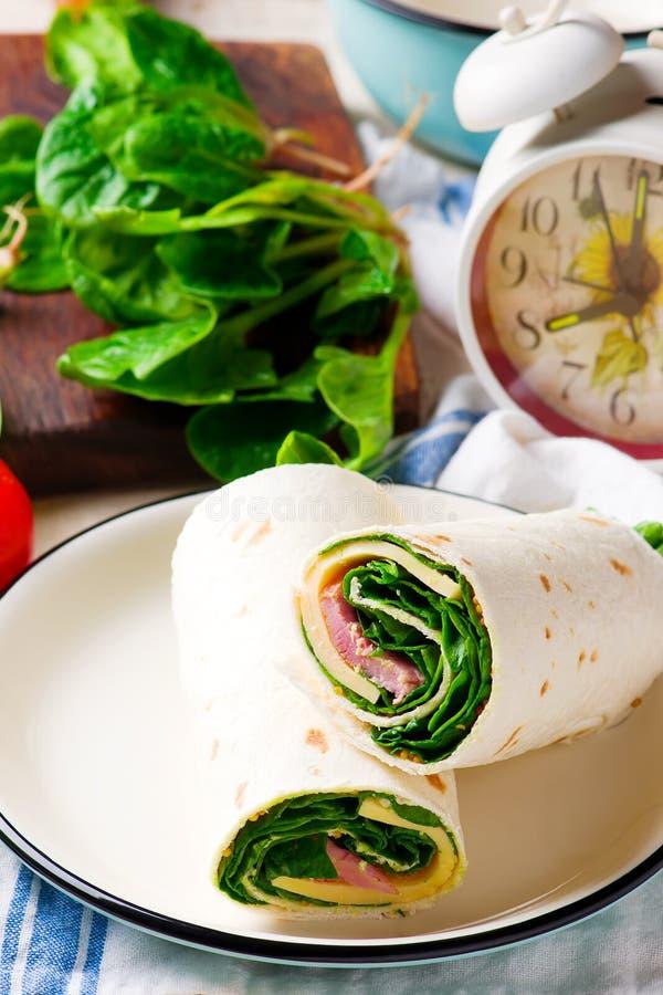 Ham en Kaas en spinazieomslag stock afbeeldingen