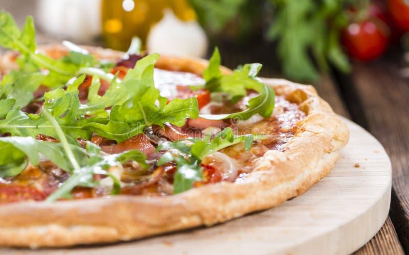 Ham Pizza mit Rakete und frischen Tomaten stockbilder