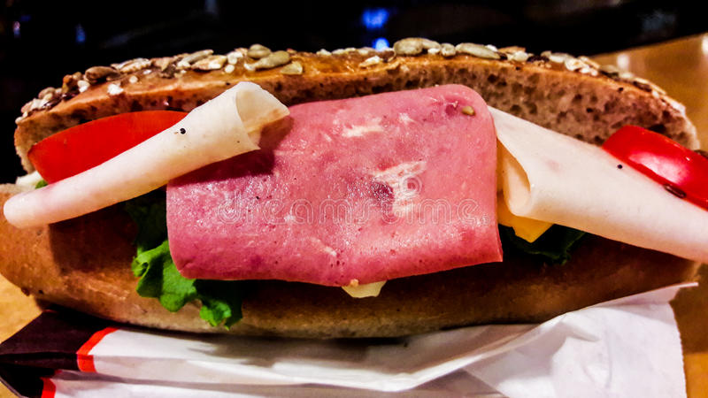 Ham Sandwich en pan entero del salvado del grano con los tomates y los verdes fotos de archivo