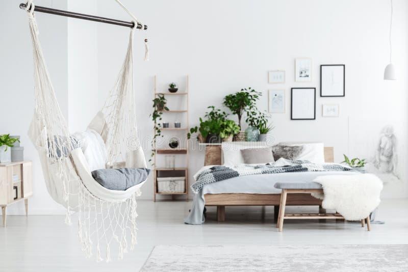 Hamac blanc dans l'intérieur de chambre à coucher photographie stock libre de droits