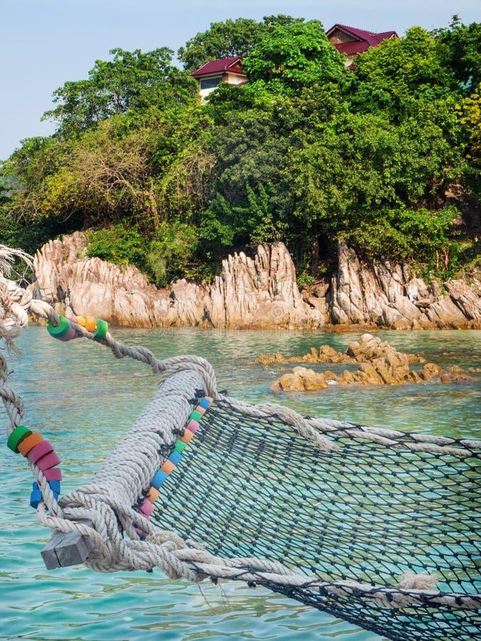 Hamac de corde par la mer photos libres de droits