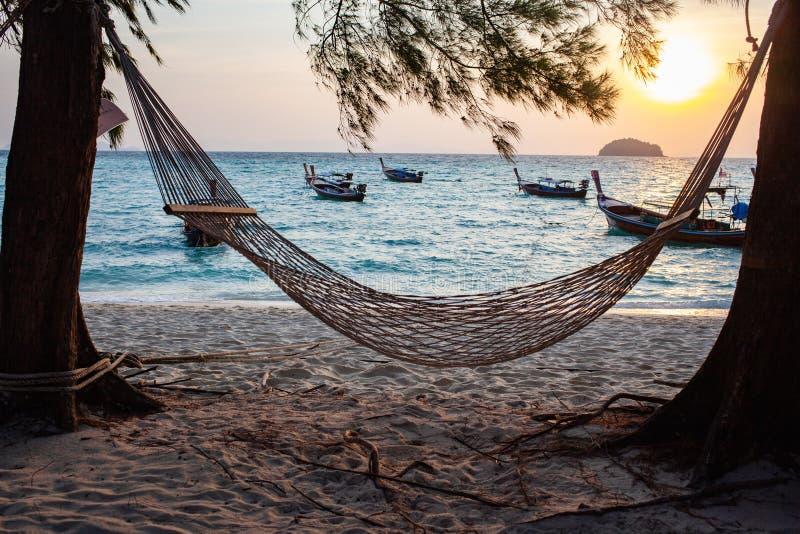 hamac en bord de mer au coucher du soleil - détente de vacances photographie stock