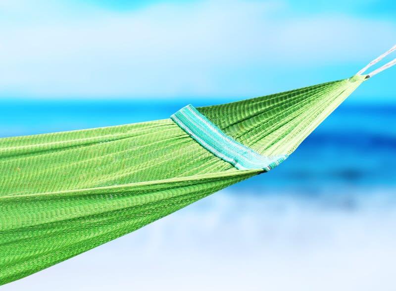 Hamac vert accrochant dans la côte image stock