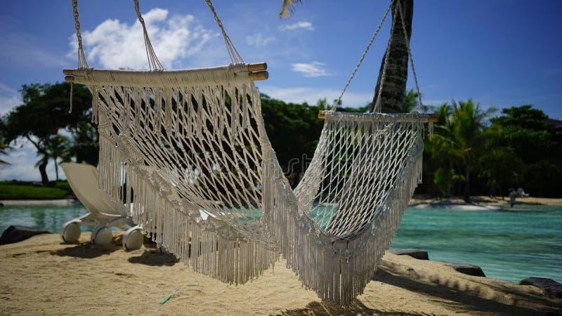 Hamaca de la playa del centro turístico imagenes de archivo
