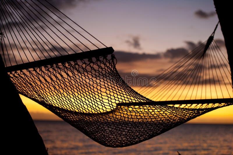 Hamaca de reclinación en la puesta del sol fotografía de archivo