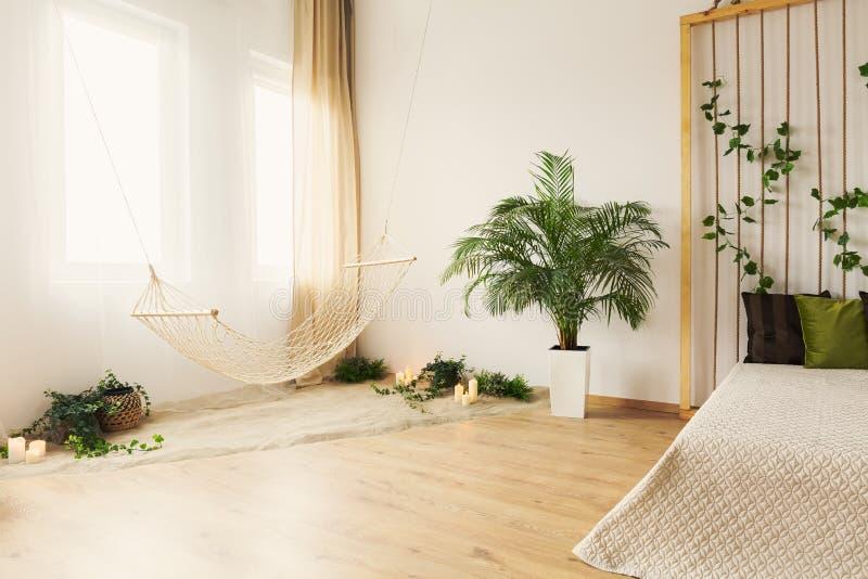 Hamaca en dormitorio foto de archivo libre de regalías
